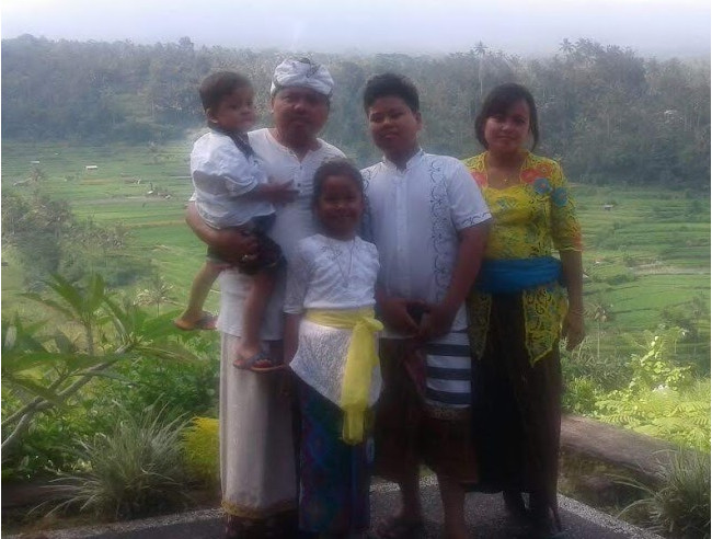 Wayan Ateng with wife and children